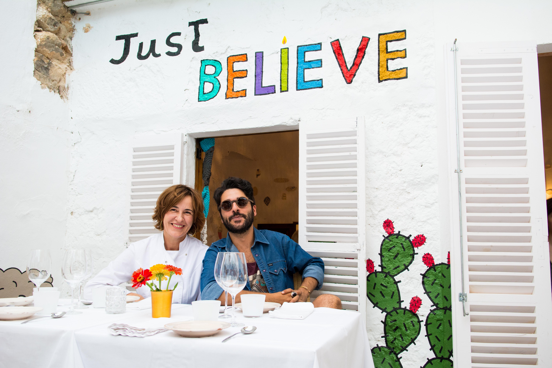 Maria Solivellas junto con el artista Albert Pinya · Foto: Iván Bellod