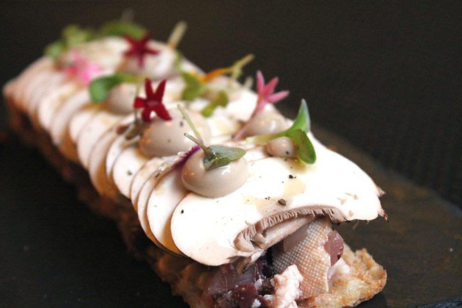 tosta-de-carpaccio-de-champic3b1on-crudo